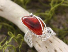 Dieser wunderschöne Karneol in leuchtenden orange und rot Tönen wurde von mir mit Draht umwickelt und zu einem fantastischen und einzigartigen Ring ve