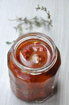 J'avais depuis très longtemps envie de faire mes tomates confites moi-même car j'en achète assez souvent et ça coûte un bras. L'année dernière, la recette de Jujube m'avait fait de l'oeil... et plus récemment, Marcia en a fait un bel article. Comme à...