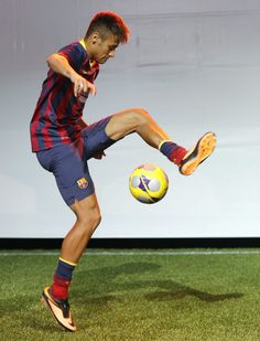 Neymar with his beat around the world skill move. He is a good soccer player and one of my favorite Neymar Jr, Messi 10, Lionel Messi, Good Soccer Players, Football Players, Fc Barcelona, Ronaldo, Football Icon, Soccer Stars