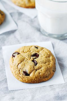 The Best Vegan and Gluten-free Chocolate Chip Cookies- made with a combo of oat flour and almond flour, these cookies have a delightful chewy texture. You would never guess they're made without refined sugar, starches or gums! Keto Cookies, Vegan Gluten Free Cookies, Gluten Free Chocolate Chip Cookies, Gluten Free Oats, Gluten Free Desserts, Vegan Desserts, Eater Desserts, Healthy Cookies, Sin Gluten