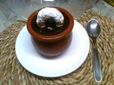 Mousse de Chocolate Valor con reducción de frutas, adornado con un pequeño Rollito de Anís.