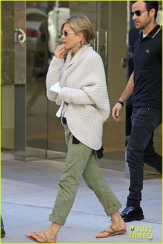 : Photo Jennifer Aniston and Justin Theroux head to a furniture store on the Upper East Side to do some shopping on Monday morning (May in New York City. Estilo Jennifer Aniston, Jenifer Aniston, Casual Outfits, Cute Outfits, Fashion Outfits, Nail Fashion, Style Fashion, Jen And Justin, Army Green Pants
