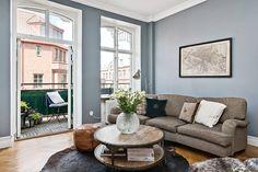 Vackra luftiga rum med höga rundade fönster