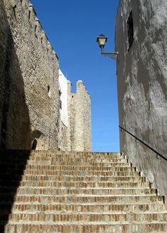 Antiga escadaria e enormes muros em Vejer de la Frontera, província de Cádiz, Região Autônoma da Andaluzia,  Espanha.  Fotografia: Hunky Punk no Flickr.