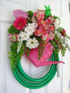 Wreath with garden hose, daisies, min. watering can.