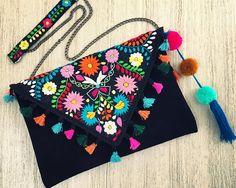 Bolso con hermoso bordado floral mexicano unica pieza hecha a