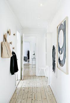 Rene linjer, solidt håndværk og nedtonede farver. Det er minimalistisk ro og skandinavisk coolness, der præger herskabslejligheden på Frederiksberg. Helt enkelt.