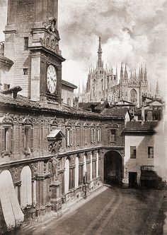 Piazza Mercanti and lenghts of fabric - - Milano Duomo Milano, Vintage Italy, Foto Vintage, Arte Horror, Milan Italy, Black And White Pictures, Vintage Photographs, Vintage Photos, Old Pictures
