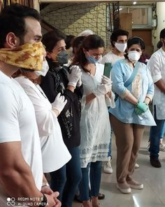 Neetu Kapoor,Alia Bhatt, Ranbir Kapoor Break Down As They Perform Last Rites Of Rishi Kapoor - HungryBoo