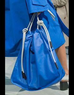 メガサイズのバッグやマイクロサイズ、ハンドル付きからアーティな1点まで、この春夏の流行バッグをランウェイから先取りチェック。