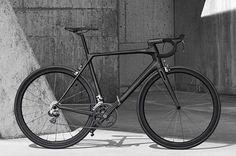Je moet wat doen tegenwoordig om je fiets op te laten vallen in de massa. Een Franse entrepreneur doet dat op zijn eigen manier met het Heroïn project. Het idee van de entrepreneur, Marc Simoncini, heeft hijsamen met een aantal ingenieurs ontwikkeld en het resultaat is de Heroïn racefiets.
