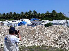 Fernando Guillen tomando desde lejos un campo de desplazados en Haití, un año después del terremoto. Trabajo conjunto de VOCES y Proyecto Solidario