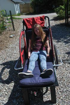 """Billede 11: Så er vi klar til festival - og Lea er lykkelig for sin """"nye"""" vogn, så hun nu kan strække benene ud. Hun er for høj til at sidde i den med dækken over, men hun er også så gammel nu, at det er først når hun lægger sig ned, at hun har brug for at vognen lukkes helt til."""