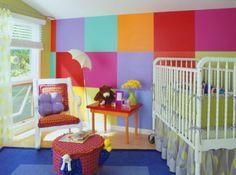 Habitacion para niños con colores vivos.