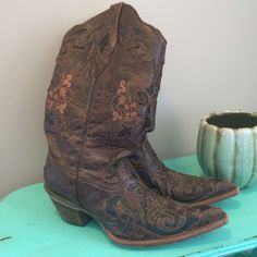 Corral Vintage Brown Black Leather & Lizard Boots Gorgeous Corral Vintage Cowboy or Western Boots. This beautifully handcrafted Corral boot features genuine lizard inlay beneath vintage-style brown leather. A touch of floral embroidery adds a hint of delicacy, while exotic lizard inlay graces the foot, upper, and shaft. In addition to being good lookin', this boot has a modern ship toe, a lightly cushioned insole for walking comfort, and a single stitched welt. Good used condition. Size 8…