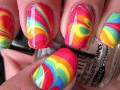 ¿Quieres lucir uñas decoradas con colores llamativos, diseños originales y cada una distinta a la otra?.   Aquí en Mujeres 2.0 te mostramos una técnica muy sencilla y original. Prueba y verás que fácil.  #uñas #decoracion #belleza #tips #maquillaje #mujeres #moda