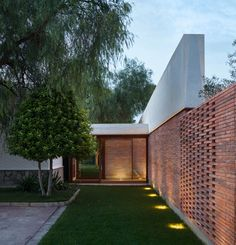 Spanish architecture practice Mesura designed 'Casa IV', a house extension featuring a vaulted canopy roof in the hot, dry countryside of Elche. Spanish Architecture, Brick Architecture, Residential Architecture, Brick Extension, Courtyard Landscaping, Brick Detail, Brick Facade, Brick Design, House Extensions