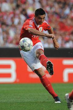Oscar+Cardozo+SL+Benfica+v+FC+Twente+UEFA+wdDLid6Tjp2l.jpg (396×594)