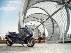 Nueva edición de la Yamaha T-Max la Black Max y nuevo acuerdo con Momodesign