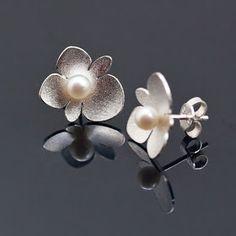 Petronella Eriksson: Smycken med vilda begonior. Jewelry with wild begonias.