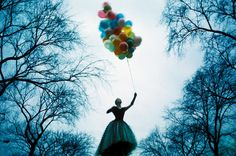 Manhattan 1969    Faye Dunaway holding a bunch of balloons in Central Park.    Image by Jerry Schatzberg/Corbis