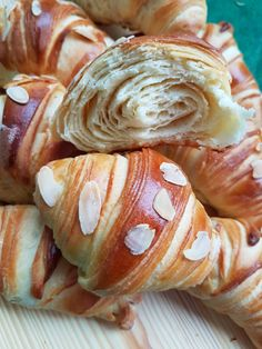 Croissante pufoase. – Lorelley.blog Dessert Drinks, Fun Desserts, Dessert Recipes, Baby Food Recipes, Baking Recipes, Sweet Dough, Cooking Bread, Puff Pastry Recipes, Just Bake