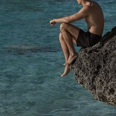 Everest Isles' 'Draupner' swim shorts are crafted from quick-drying schoeller®-dynamic fabric. Hard-wearing yet breathable, they're cut with a flexible drawstring waistband and are lined in mesh for the utmost comfort. Keep your belongings secure in the roomy zipped pockets while lounging poolside.
