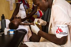 An MSF nurse inserts an IV drip into a malnourished child's arm during a consultation at the intensive nutritional rehabilitation centre (ITFC) in the town of Guidan Roumdji, Niger. © Tanya Bindra/MSF