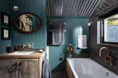 Fotka článku Cortina Floral, Bath Tub For Two, Cheap Shelves, Sawn Timber, Wrap Around Deck, Teal Walls, Rainfall Shower, Log Burner, Exposed Wood