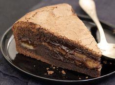 Ingrédients : – 200g de chocolat noir – 2 oeufs – 180g de sucre – 1 yaourt nature – 150g de farine – 1 c à café de levure chimique – 10cl d'huile de tournesol – 2 bananes pas trop mûres Préparation : Je fais fondre le chocolat au bain-marie. Dans un cul de poule,