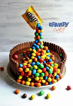 Gravity cake ou gâteau suspendu chocolat noix de coco Cake suspended candy or gravity cake board: have a bomb of cold (without bomb of cold it is necessary to put it several times in the fridge for the structure to hold) Anti Gravity Cake, Gravity Defying Cake, Crazy Cakes, Fancy Cakes, Baking Recipes, Dessert Recipes, Cake Board, Unique Cakes, Sweet Cakes