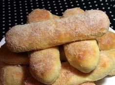 Smaženky môžu byť jablkové alebo tvarohové. Vždy sú šťavnaté a krásne voňajú po masle a rume. Cesto môžete vymiesiť v pekárničke, je jemné a nadýchané. Plnku môžete použiť aj inú, z tejto dávky dostaneme 16 krásnych smaženiek. Aj keď smaženky by sa mali pripravovať v oleji, ja lepšie ich piecť, sú potom menej mastné.