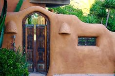 Adobe House In Encinitas - So fluid. Love the colour. My straw bale walls will look like this! Southwestern Home, Southwest Style, Mexico Style, New Mexico, Adobe Haus, Earth Bag Homes, Earthship Home, Mud House, Santa Fe Style