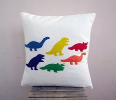 Kid's dinosaur pillow - rainbow dinos, colorful eco felt appliques on white eco friendly organic cotton pillow cushion op Etsy, 35,99 €