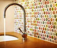 Dê um toque original no seu #lavabo: com cola de silicone quente, fixe tampinhas de garrafas em uma das paredes. Demais, não é? #facavocemesmo #DIY #decoração