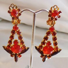 These #vintage D&E Juliana Sticks and Stones rhinestone earrings are simply gorgeous!  They feature a set of dangling rhinestone earrings of prong set topaz brown and orange... #ecochic #etsy #jewelry #jewellery
