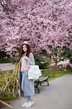 TIE BOW-TIE: UNDER BLOOMING TREE. Grey sweater+skinny jeans+white sneakers+grey and pink long vest+white backpack+pink hat. Spring Casual Outfit 2017