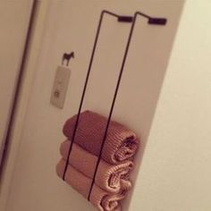 Genius Japanese Small Space Hacks You Will Want to Copy Right Now Japanese towel rack hack. Hang them vertically to store bathroom towels. Hang them vertically to store bathroom towels. Bathroom Organization, Bathroom Storage, Organization Ideas, Bathroom Styling, Small Apartments, Small Spaces, Small Rv, Studio Apartments, Organizing Hacks