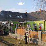 Nehoda nákladního auta v Kyšicích, kamion se převrátil přímo na rodinný dům