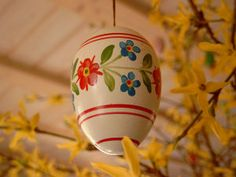 Oua pictate cu motive florale - De Pasti: 12 idei creative pentru copii