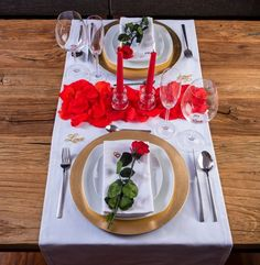35 Gorgeous Romantic Table Setting For Two Decoration Ideas - What is the number one choice for a date? Going out to dinner, of course. And the number one favorite listed date on Internet dating sites is dinner b. Romantic Dinner Tables, Romantic Dinner Setting, Romantic Dinners, Romantic Picnics, Romantic Bath, Romantic Surprise, Romantic Night, Date Dinner, Dinner Sets
