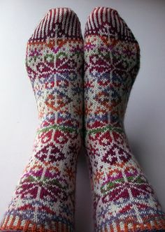 These snowflake socks are freakin' awesome! Crochet Socks, Knitting Socks, Hand Knitting, Knit Crochet, Fair Isle Pattern, Wool Socks, Fair Isle Knitting, Knitting Projects, Knitting Patterns