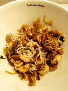 Noodles met kippendijen, ui, prei en champignons, cashewnoten en oestersaus. Klaar in 10 minuten!