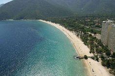 cataBahía de Cata  La Playa de la Bahía de Cata es una amplia playa resguardada de mar abierto, ya que se encuentra en una Bahía cerrada. Se ubica en el estado de Aragua y está rodeada de vegetación en la que destacan los cocoteros. Cuenta con una red de alojamientos de cabañas y un poblado de unas 4.000 personas que viven del turismo y de ofrecer servicios a los turistas.