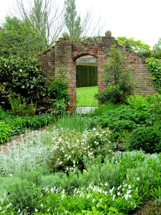 AnotherDayInMyGarden - Sissinghurst Castle Gardens, brick wall and archway Vita Sackville West, Garden Arbor, Diy Garden, Dream Garden, Famous Gardens, Amazing Gardens, Beautiful Gardens, Sissinghurst Garden, The Secret Garden