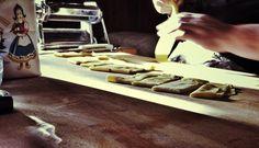 Antichi sapori, preparazione tortellini. Sfogline a casa mia.