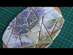 Cómo hacer símil trencadis con acetato - How to make faux trencadis on acetate - YouTube Never Stop Learning, Handmade Crafts, Jelsa, Abstract, How To Make, Painting, Mosaics, Youtube, Angel