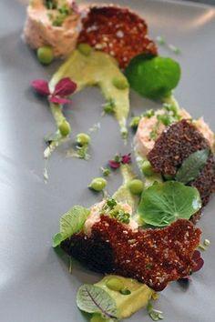 Tunmousse, sprødt rugbrød, ærtepure, ærter.