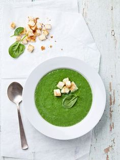Spinach soup with croutons in white bowl Healthy Detox, Healthy Soup, Healthy Recipes, Soup Recipes, Cooking Recipes, Green Soup, Spinach Soup, Super Greens, Spring Recipes