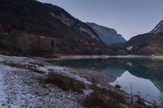 Da fare sul Lago di Garda: inginocchiarsi nel nevischio ghiacciato di fronte al Lago di Tenno per mettere a posto la macchina e sporcarsi orrendamente i pantaloni.